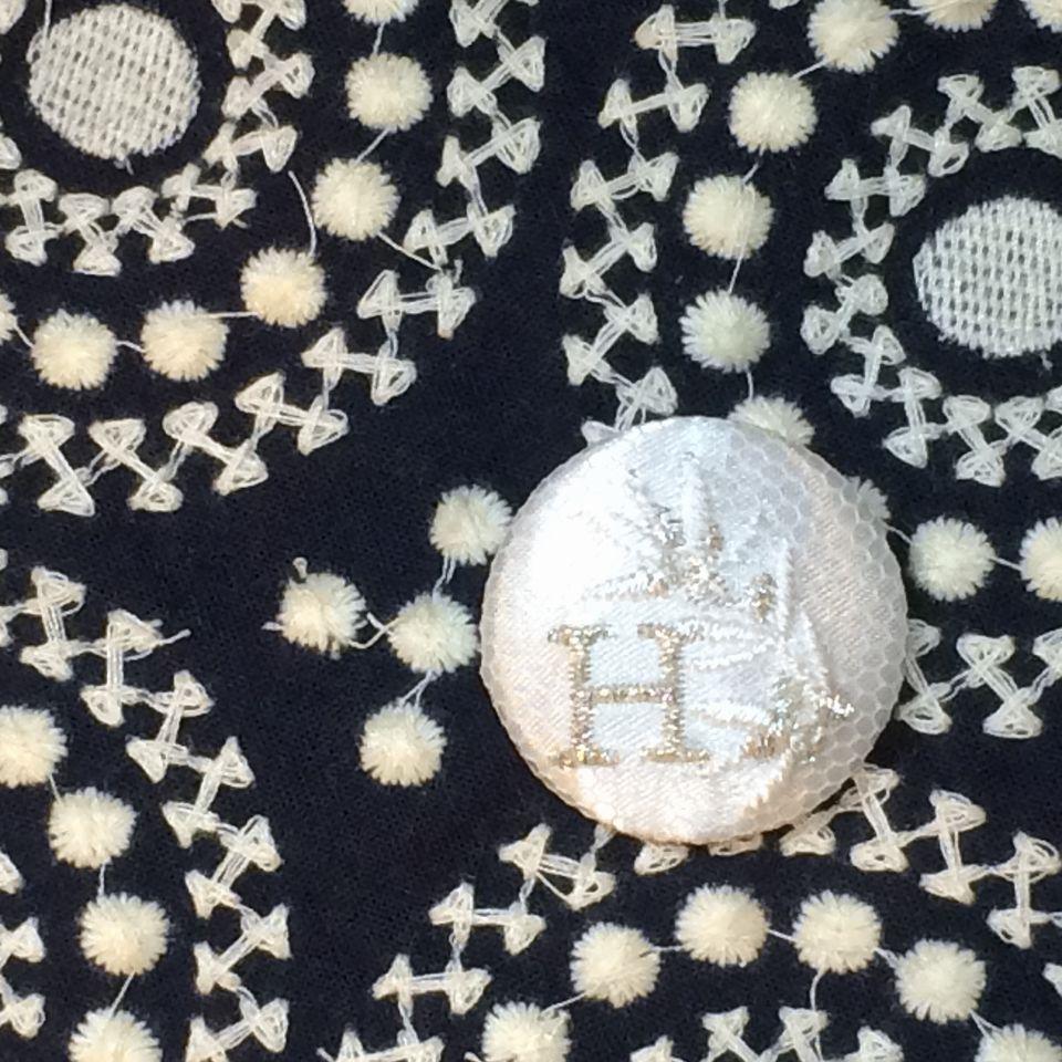 イニシャルオリーブ[H]刺繍くるみボタンバンダナ紺