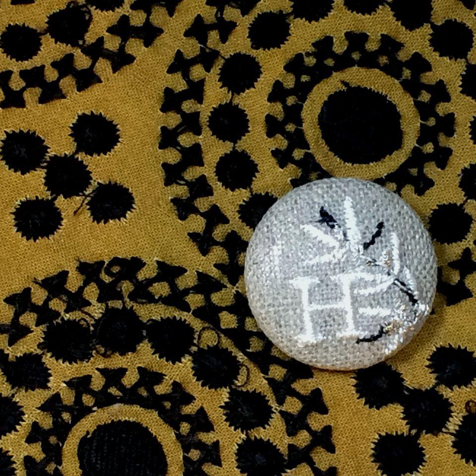 イニシャルオリーブ[H]刺繍くるみボタンバンダナ茶