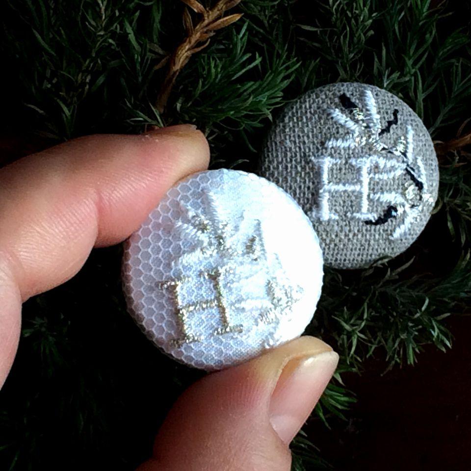イニシャルオリーブ[H]刺繍くるみボタンハンド