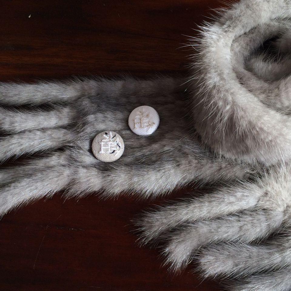 イニシャルオリーブ[H]刺繍くるみボタンマフラー