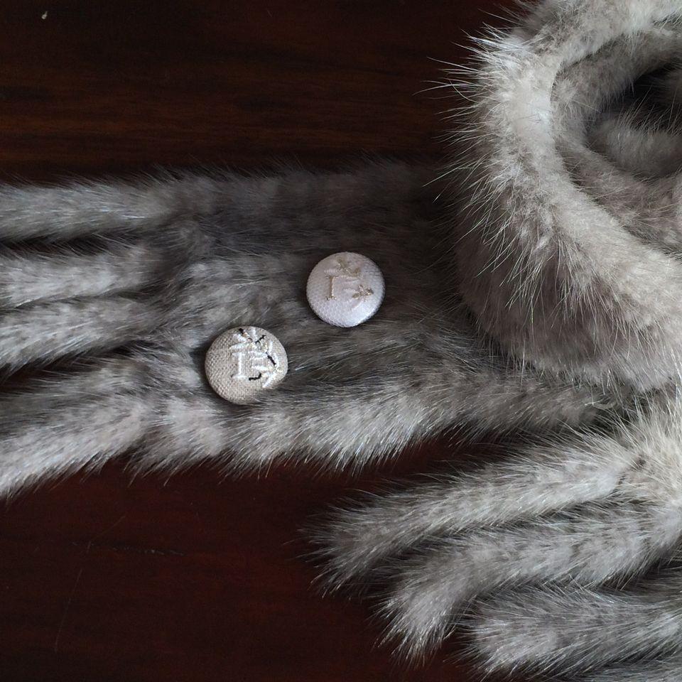 イニシャルオリーブ[I]刺繍くるみボタンマフラー