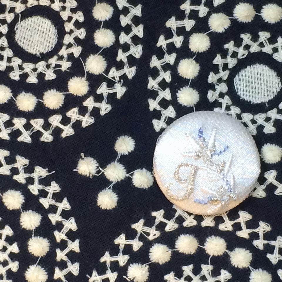 イニシャルオリーブ[J]刺繍くるみボタンバンダナ紺