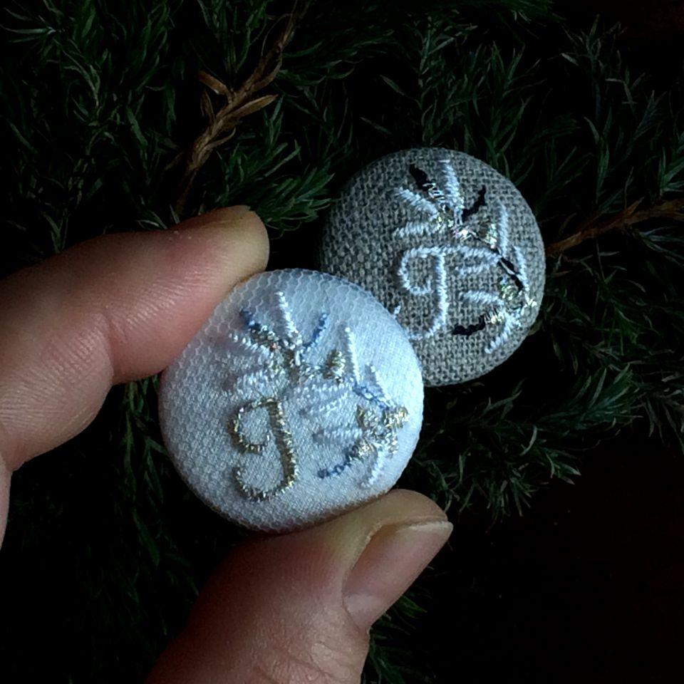 イニシャルオリーブ[J]刺繍くるみボタンハンド