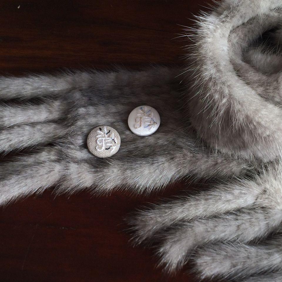イニシャルオリーブ[J]刺繍くるみボタンマフラー