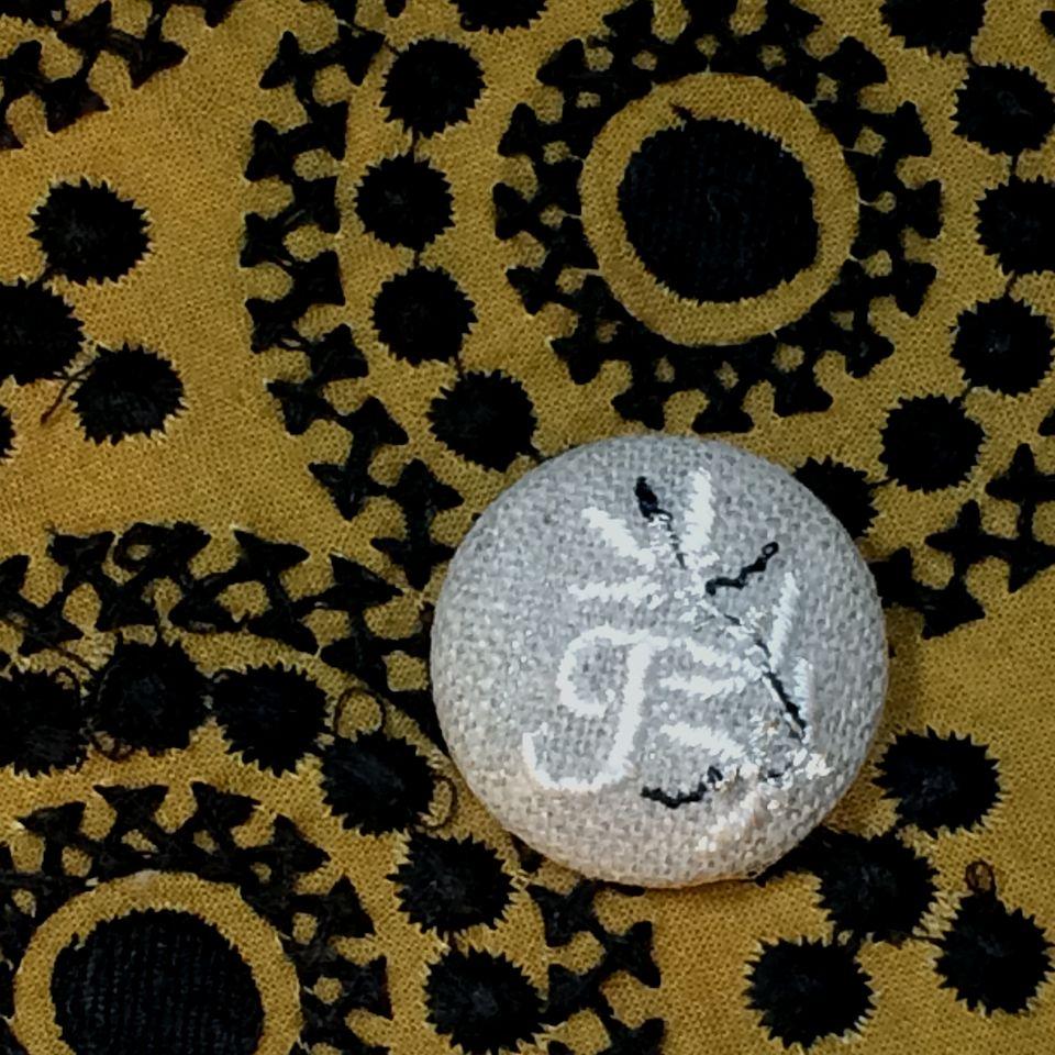 イニシャルオリーブ[J]刺繍くるみボタンバンダナ茶