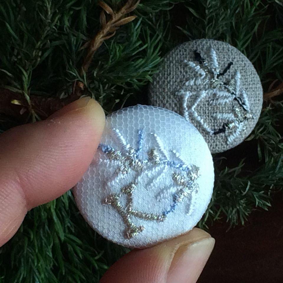 イニシャルオリーブ[K]刺繍くるみボタンハンド