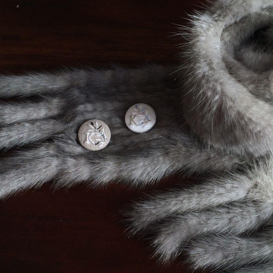 イニシャルオリーブ[K]刺繍くるみボタンマフラー