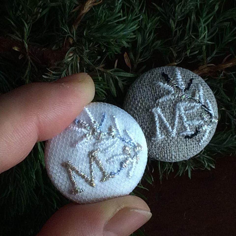 イニシャルオリーブ[M]刺繍くるみボタンハンド