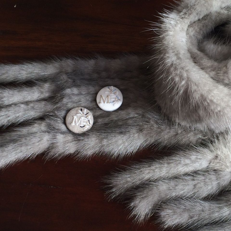 イニシャルオリーブ[M]刺繍くるみボタンマフラー