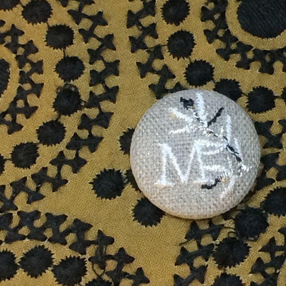 イニシャルオリーブ[M]刺繍くるみボタンバンダナ茶