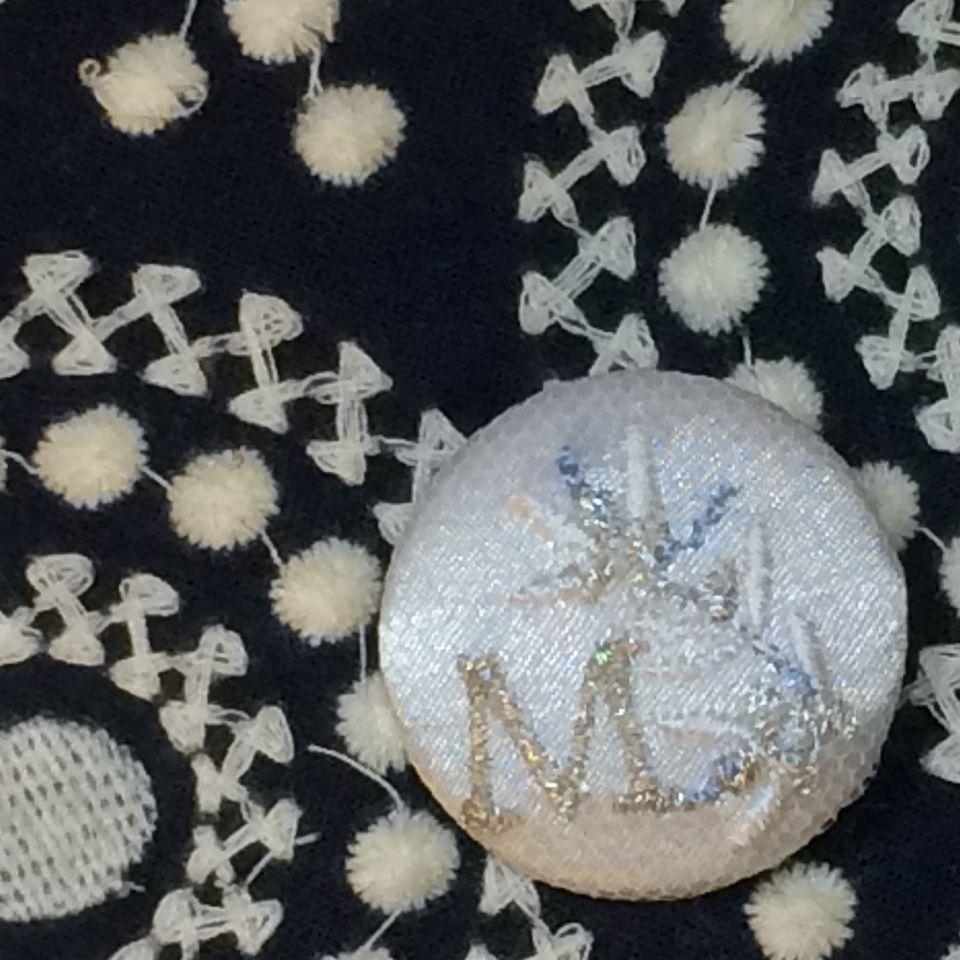 イニシャルオリーブ[M]刺繍くるみボタンバンダナ紺