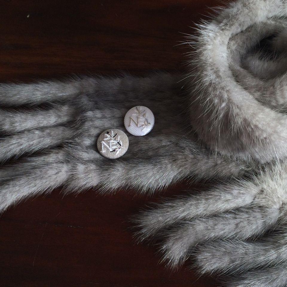 イニシャルオリーブ[N]刺繍くるみボタンマフラー