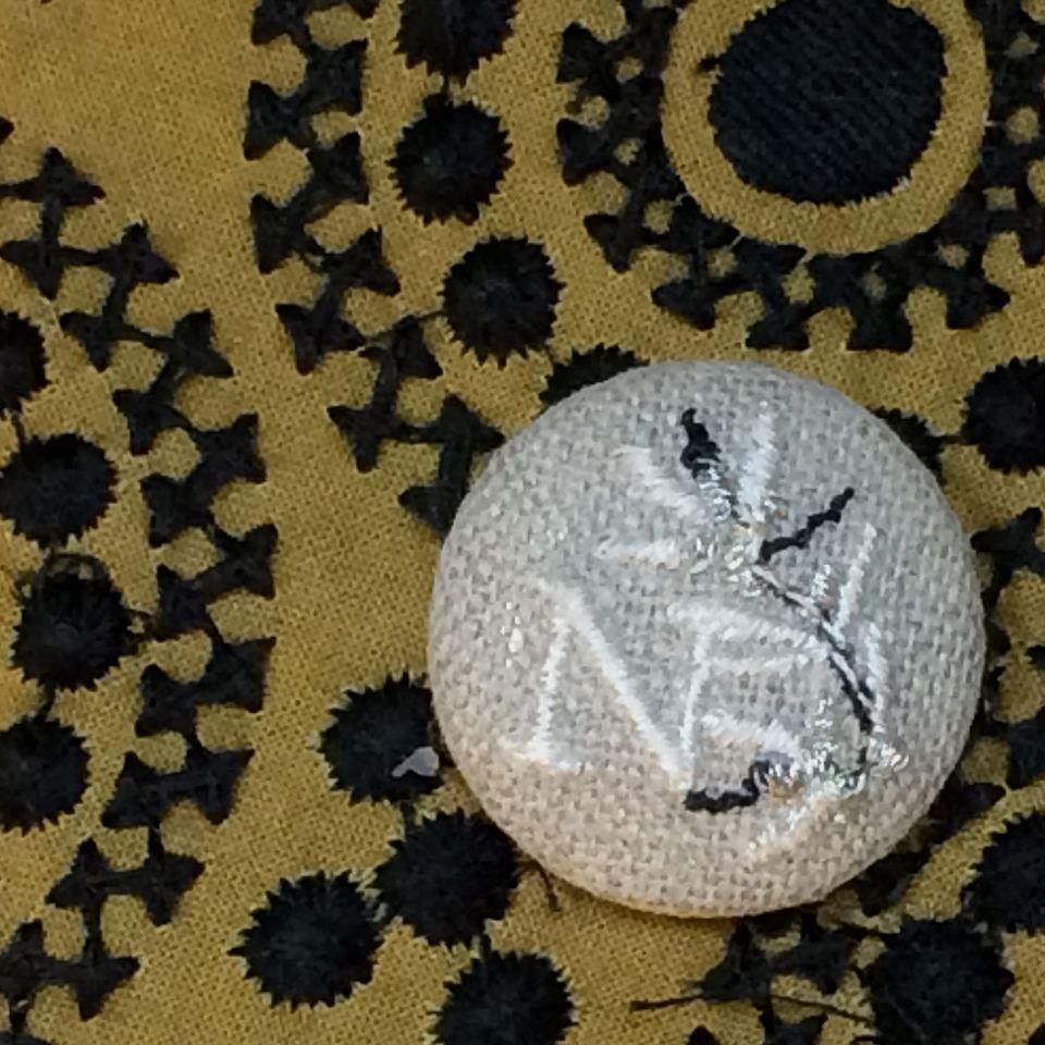 イニシャルオリーブ[N]刺繍くるみボタンバンダナ茶
