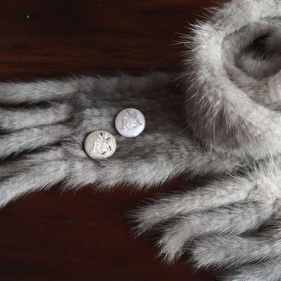 イニシャルオリーブ[R]刺繍くるみボタンマフラー