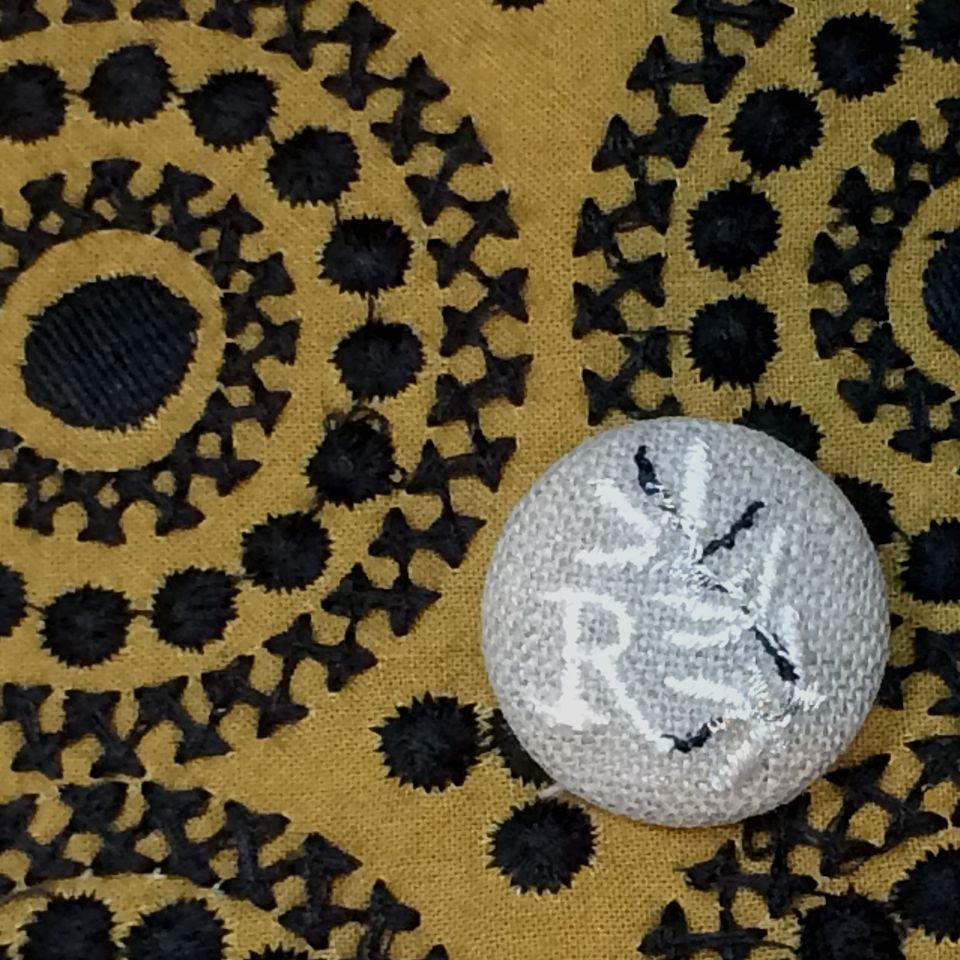 イニシャルオリーブ[R]刺繍くるみボタンバンダナ茶