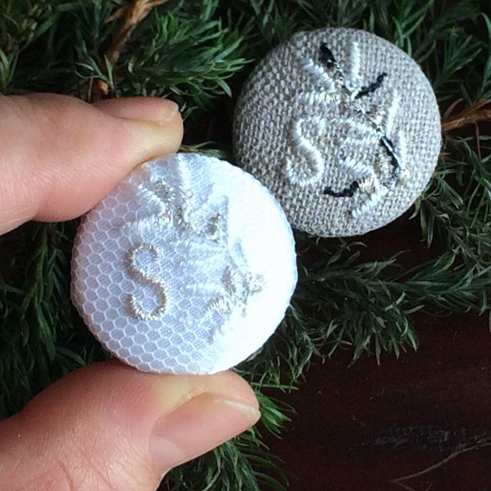 イニシャルオリーブ[S]刺繍くるみボタンハンド