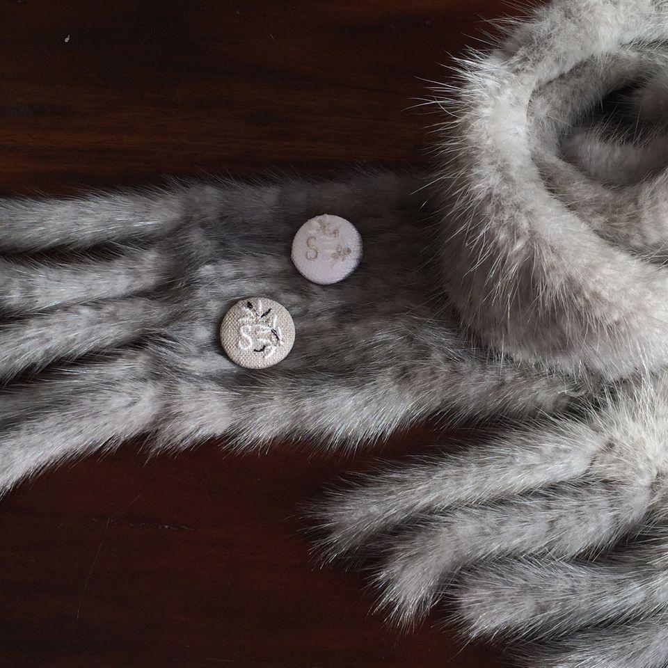 イニシャルオリーブ[S]刺繍くるみボタンマフラー