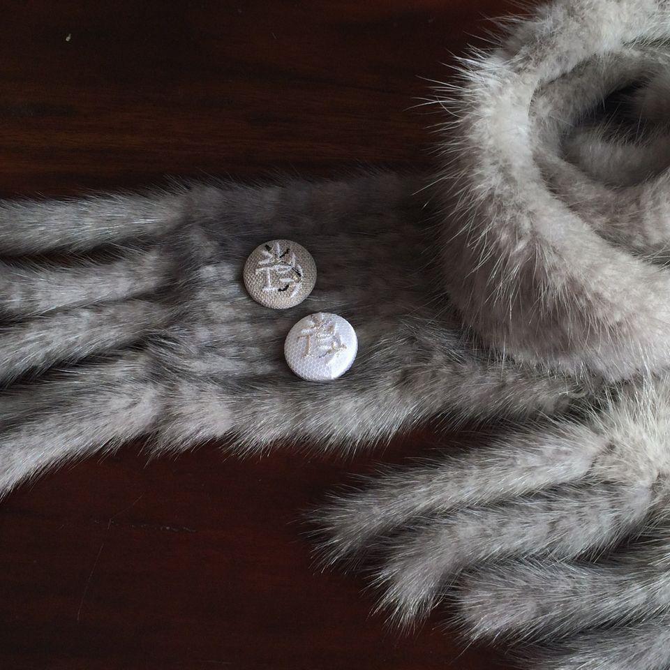 イニシャルオリーブ[T]刺繍くるみボタンマフラー