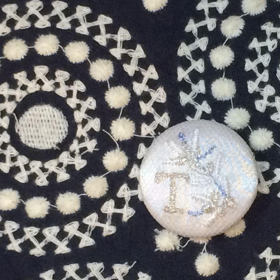 イニシャルオリーブ[T]刺繍くるみボタンバンダナチュールWhite