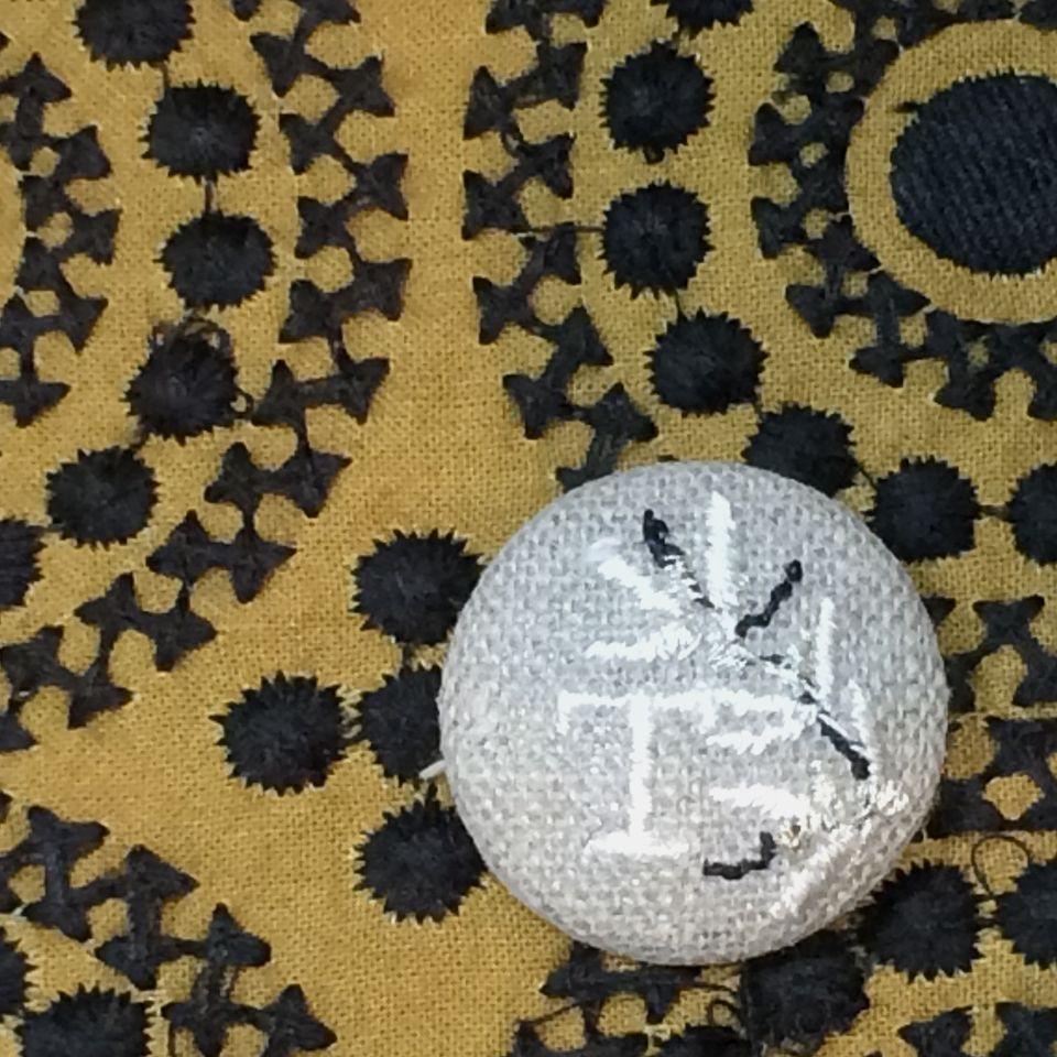 イニシャルオリーブ[T]刺繍くるみボタンバンダナ茶