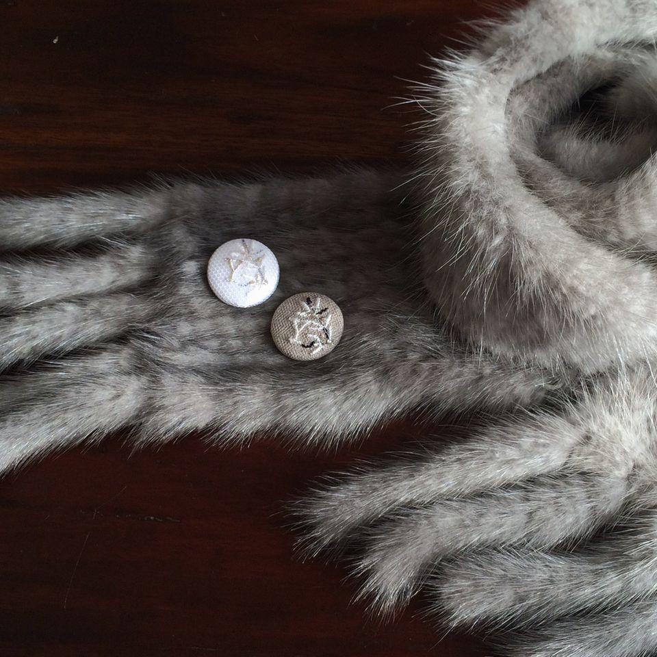 イニシャルオリーブ[Y]刺繍くるみボタンマフラー