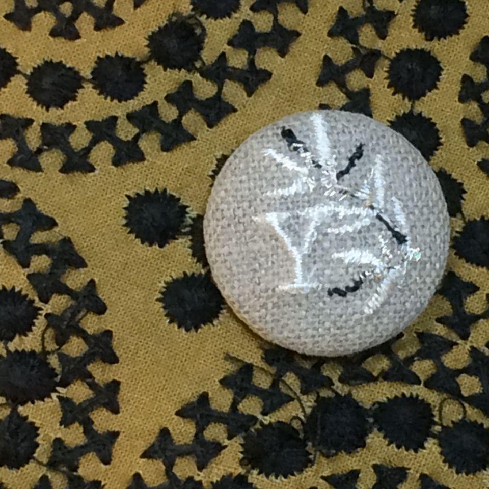 イニシャルオリーブ[Y]刺繍くるみボタンバンダナ麻Natural