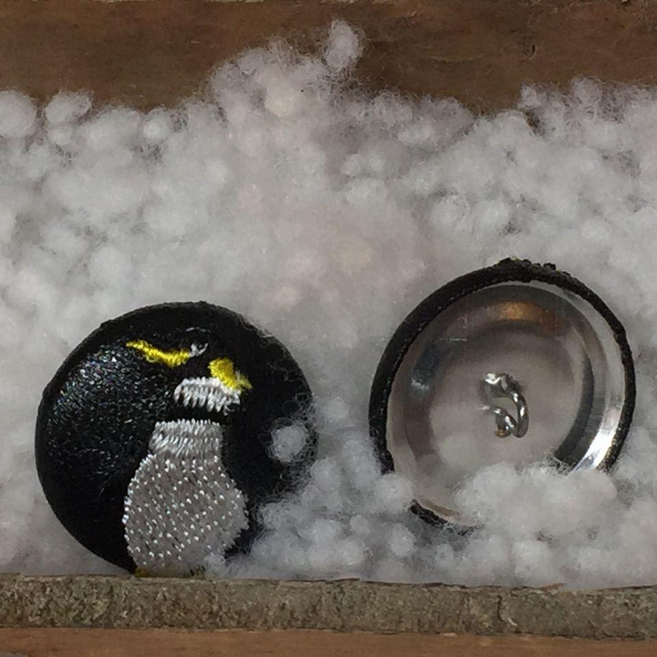 ペンギン刺繍くるみボタン29/引き出しに黒革ボタン