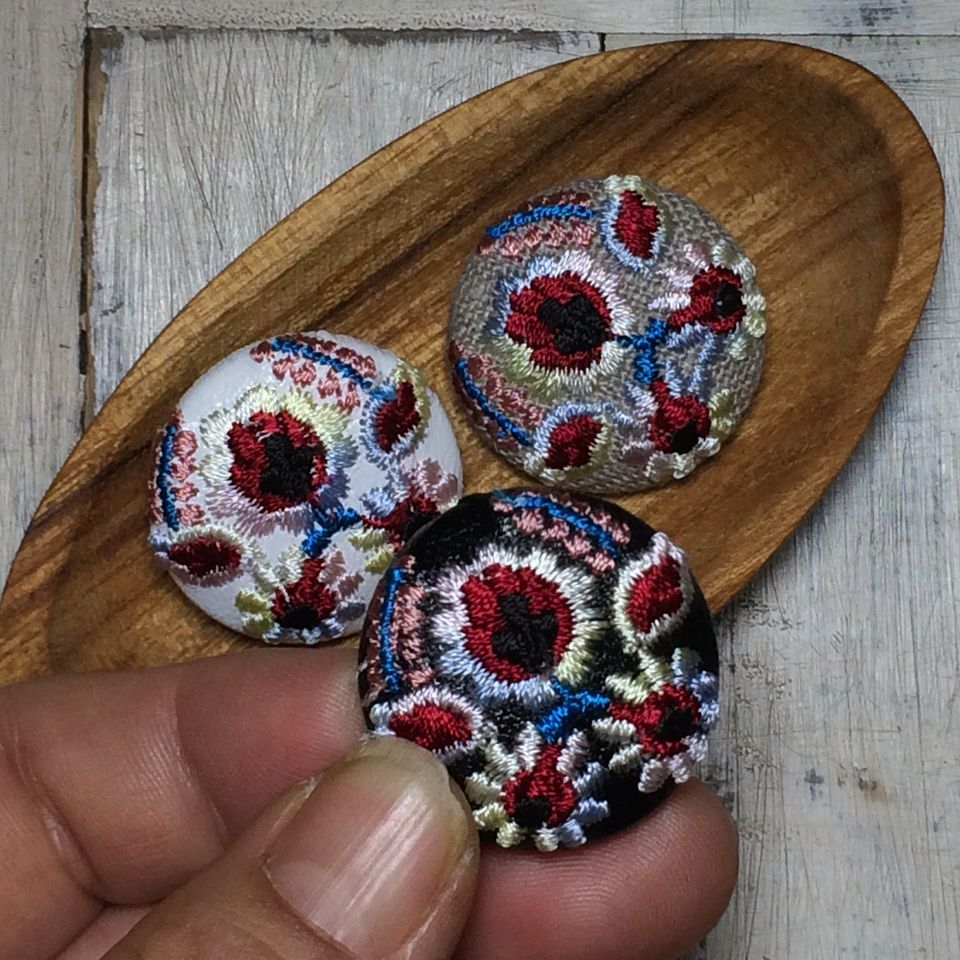 Hungary花と実[ピンク]刺繍くるみボタン/ハンド