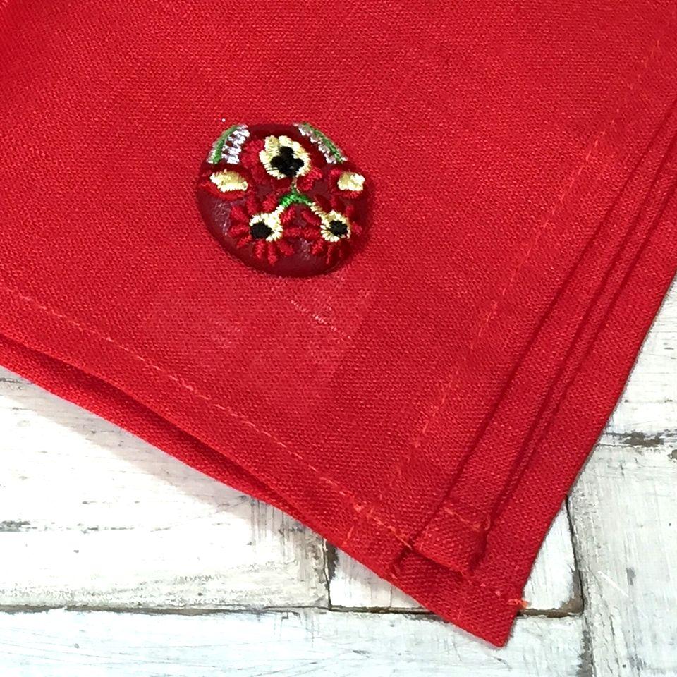 Hungary花と実[白]刺繍くるみボタン/赤ハンカチ+赤革