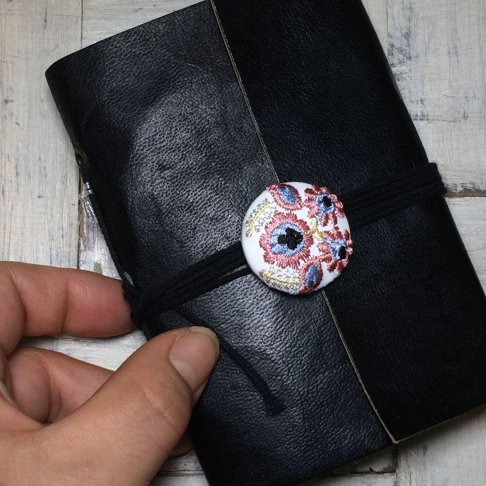 Hungary花と実[シルバー]刺繍くるみボタン/白革+黒革の手帳