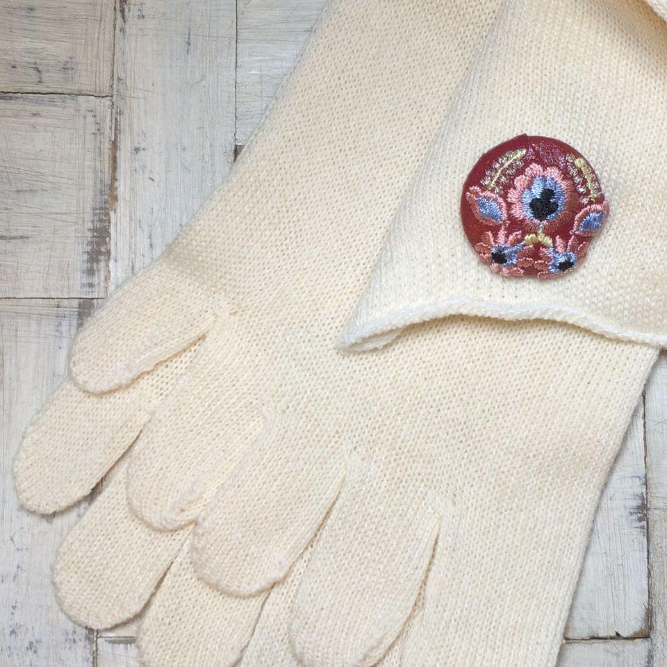 Hungary花と実[シルバー]刺繍くるみボタン/赤革+靴下