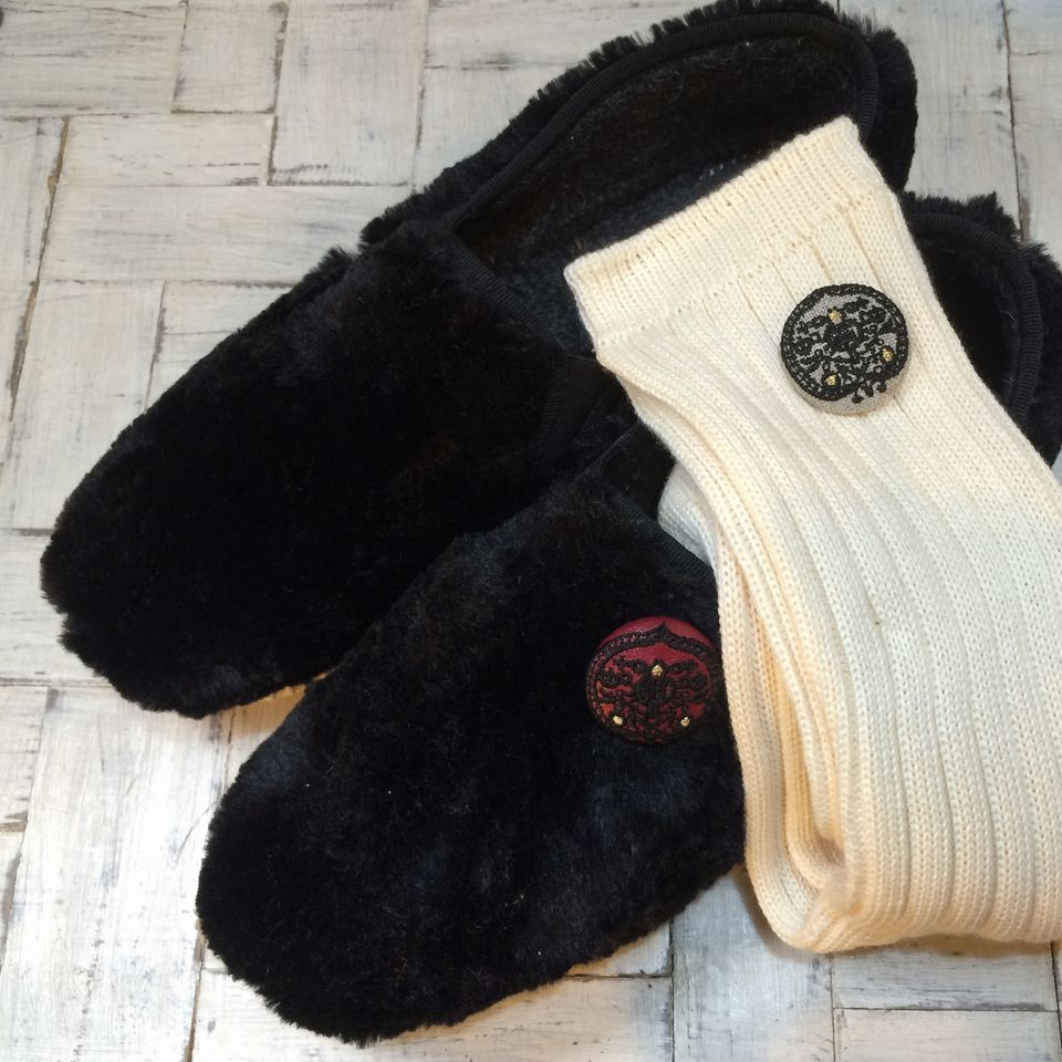 ハンガリー刺繍切手『蕾[黒]』刺繍くるみボタン靴と靴下
