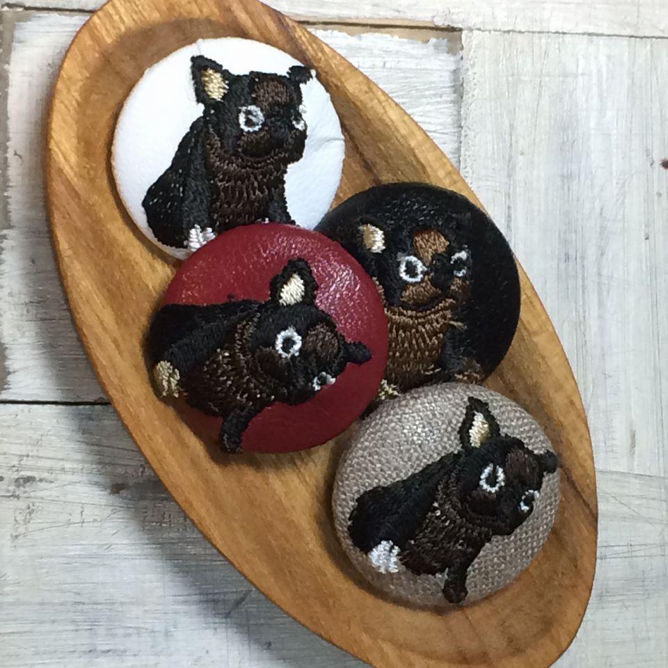 フレンチブルドッグ[茶]刺繍くるみボタン木のトレー