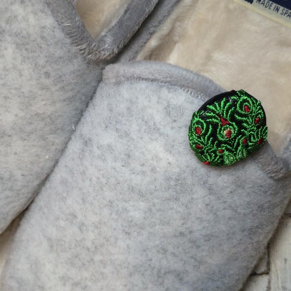Hungary孔雀[緑]刺繍くるみボタン/フェルト靴