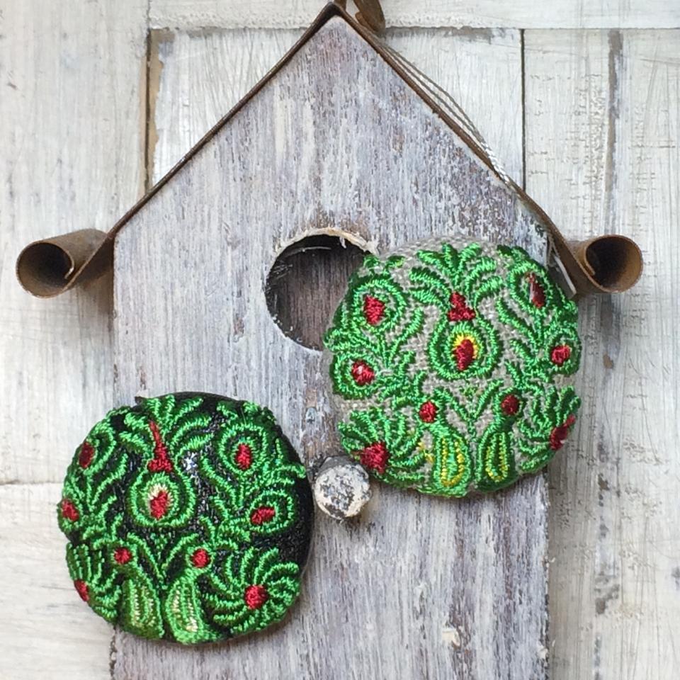 Hungary孔雀[緑]刺繍くるみボタン/鳥の巣