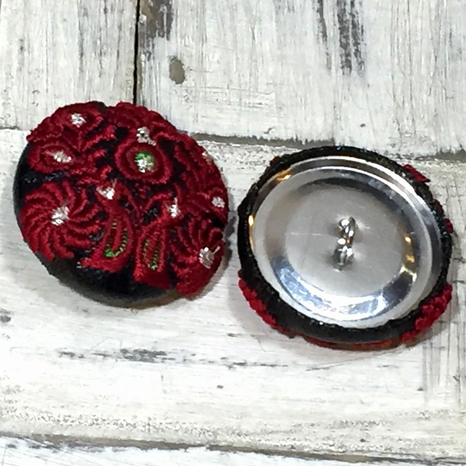 Hungary孔雀[赤]刺繍くるみボタン.黒革のくるみボタン