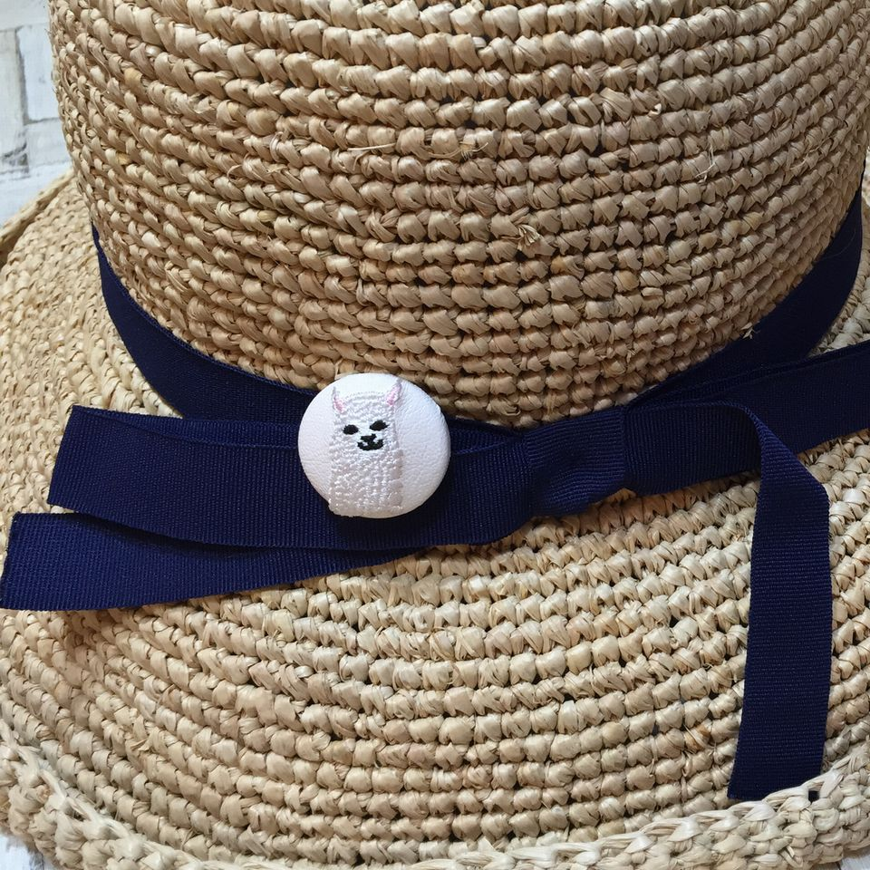 アルパカ[白]刺繍くるみボタン白革帽子