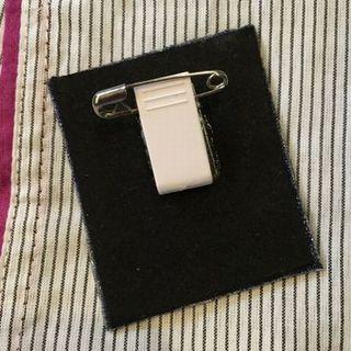安全ピン付きクリップで作った刺繍ブローチの背面