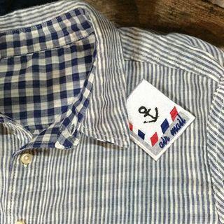 ダブルガーゼのシャツに取り付けた刺繍ワッペンブローチB《フェルト芯補強+ブローチピン》