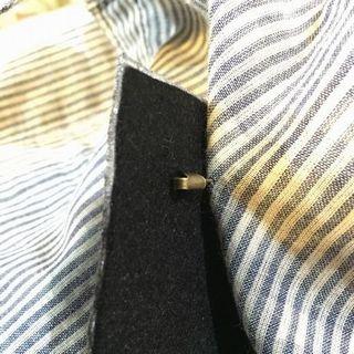 刺繍ワッペンブローチB《フェルト芯補強+ブローチピン》を取り付けた裏側