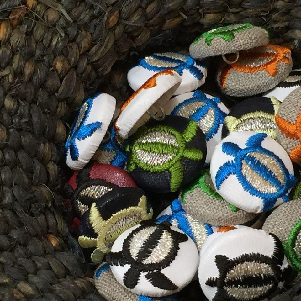 ホヌ(海亀)[黒]刺繍くるみボタンカゴへ集合