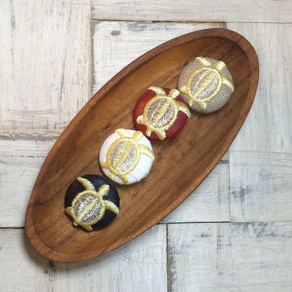 カメ[黄]刺繡ボタン木のトレー