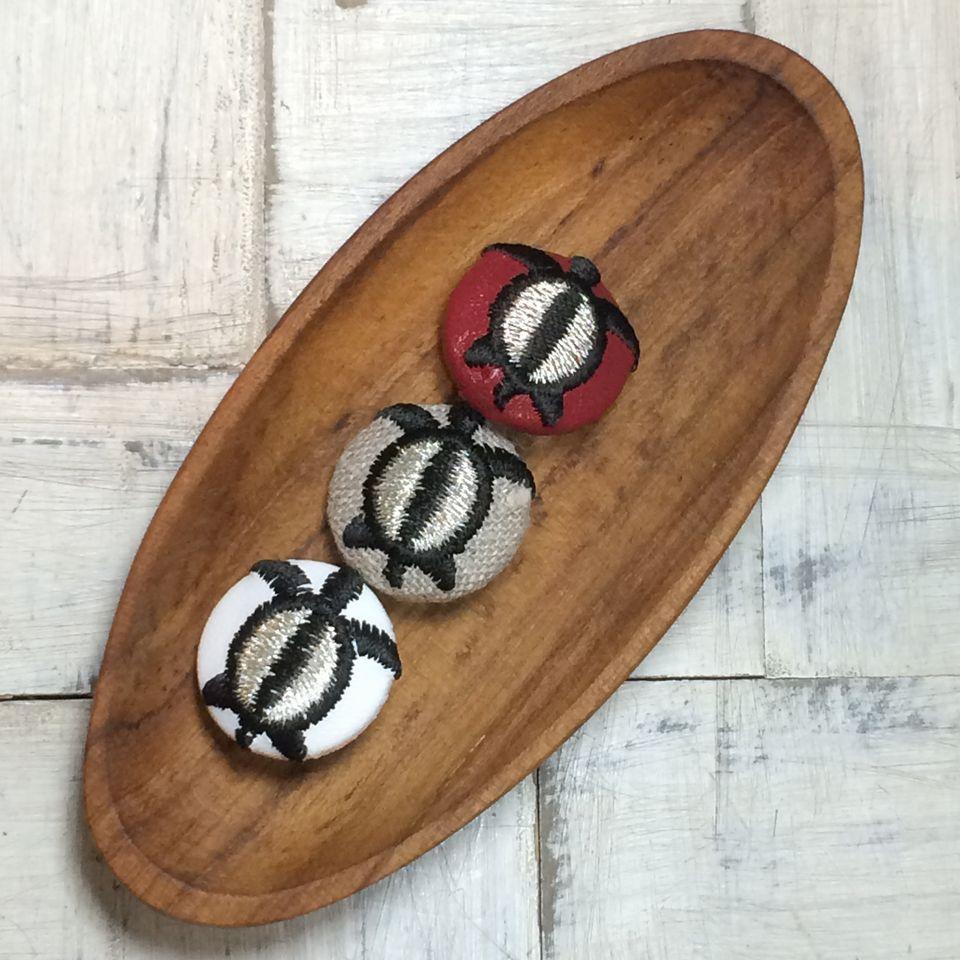 ホヌ(海亀)[黒]刺繍くるみボタン木のトレー