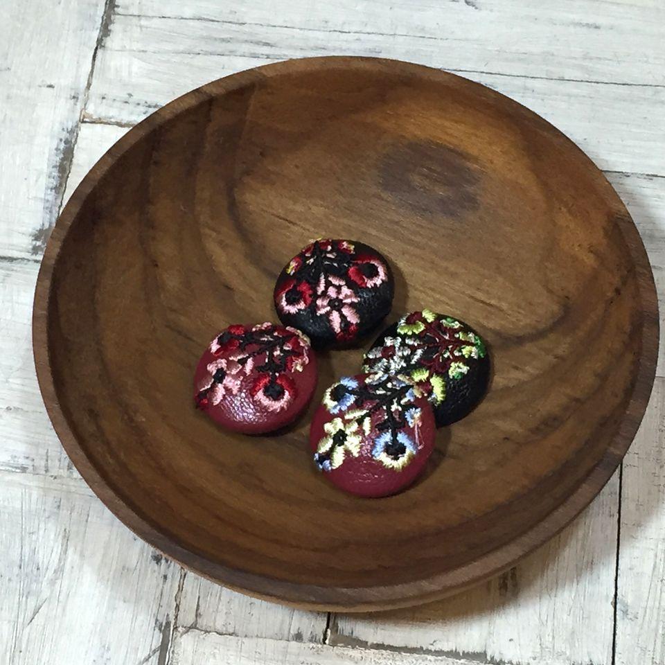 花3輪Hungary[黄]刺繍くるみボタン多色木の皿へ