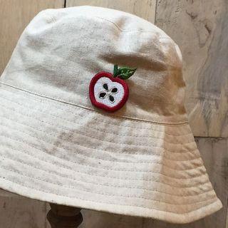 帽子に取り付けた刺繍ブローチ