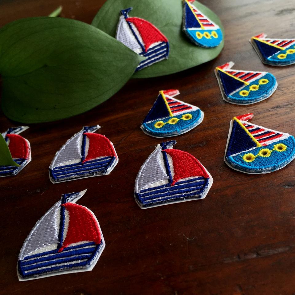 ボーダーヨット刺繍ワッペンとトリコロールヨット刺繍ワッペン斜め撮り