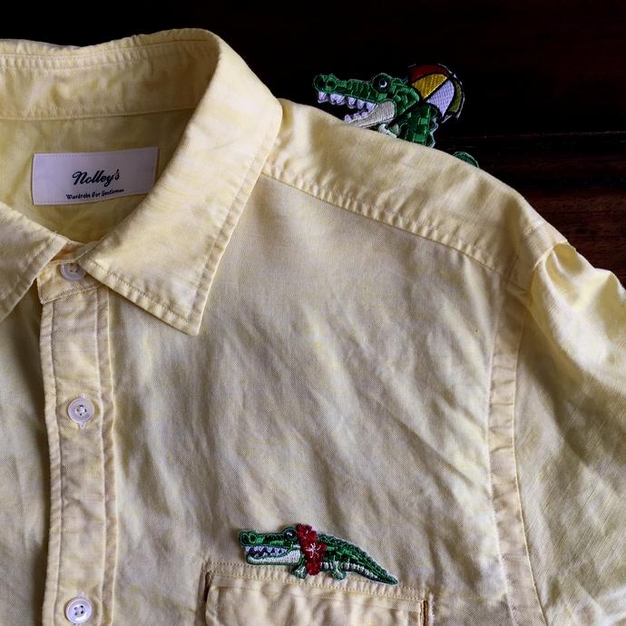 ワニ行進[パラソル]刺繍シャツからのぞく