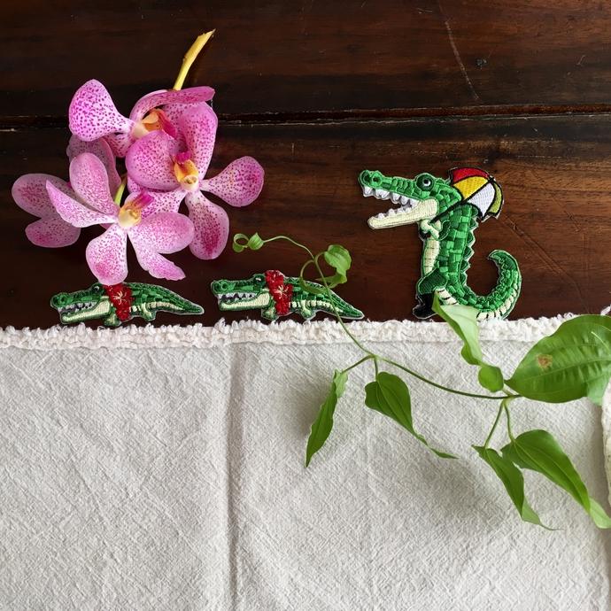 ワニ行進[パラソル]刺繍親子と花