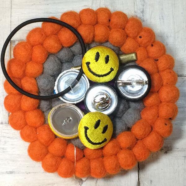 スマイル刺繍くるみボタンSサイズのアレンジサンプル画像