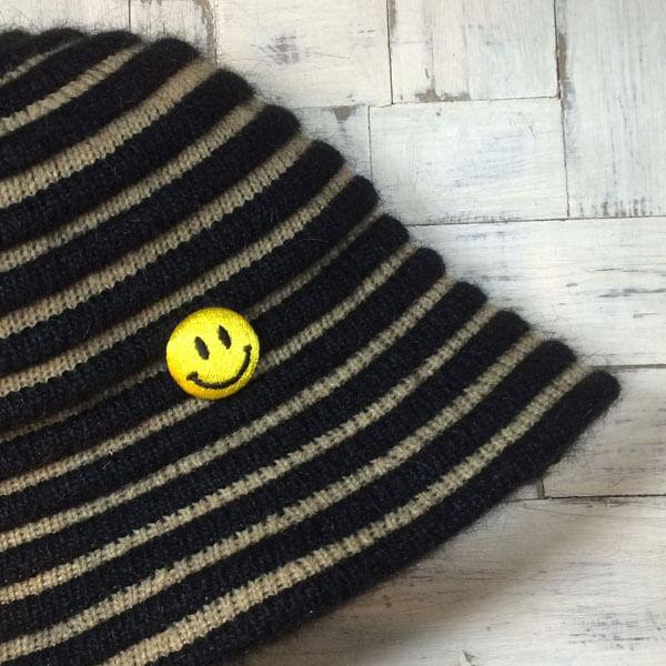 スマイル刺繍くるみボタンSサイズを帽子に取り付ける